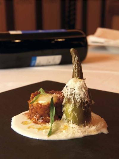Berenjenas de Almagro con moraga de morcilla de calabaza, huevo de codorniz y sopa de queso manchego a las hierbas